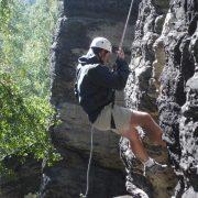 Lezení po skalách může být silným teambuildingovým zážitkem
